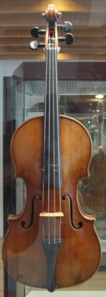 Violino Antonio Stradivari  de 1703 em exibição, atrás do vidro, no Musikinstrumentenmuseum, Berlim